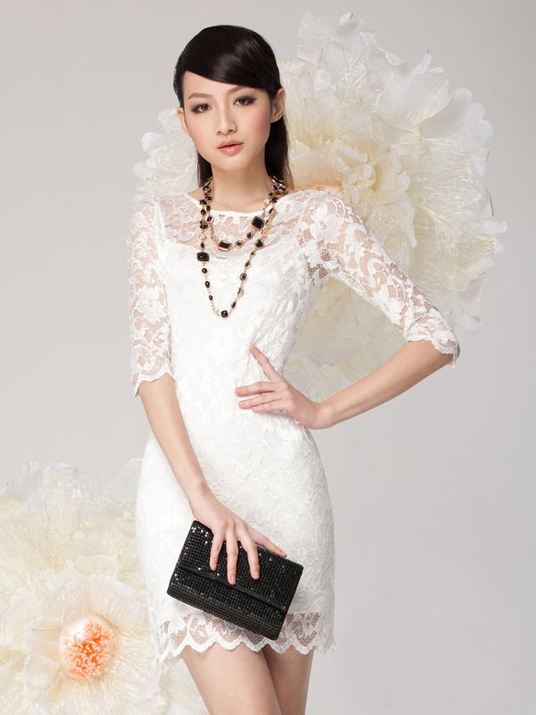 Белое платье с аксессуарами