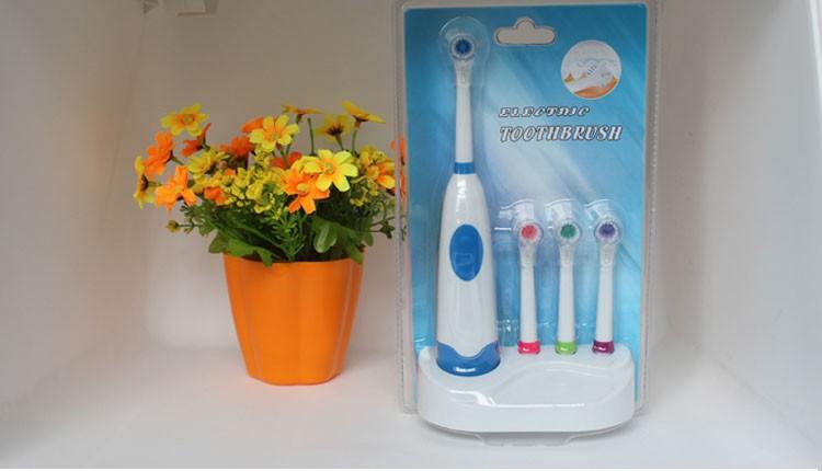 Электрическая зубная щетка с 3 насадками в комплекте. фото