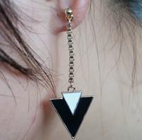 красивый белый & черная эмаль символ трикетра падение Серьги e-044