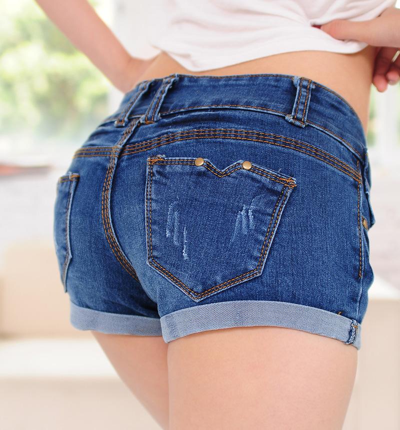 Девушка в джинсовых шортиках трясет попой 1 фотография