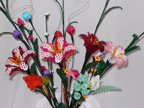 Flores de papel hechas a mano del periódico reciclado - spanish ...