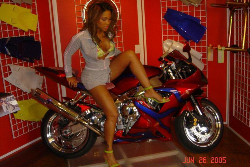 Umbrella Girls [Só para Maiores de 18 anos] - Página 5 2003_R1_Show_Bike_Riding_On_Spinners_