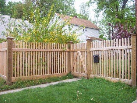 La cerca de madera 1 vallas enrejados y puertas for Aki vallas jardin