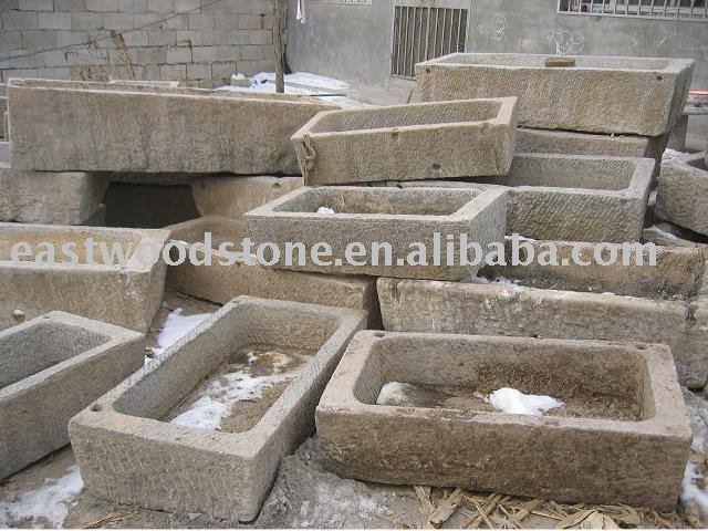 antiguo de piedra se hunde otras piedras naturales