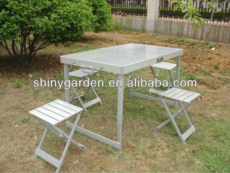 Можно расположиться прямо на траве или песке на покрывале и не обязательно брать с собой стулья и стол