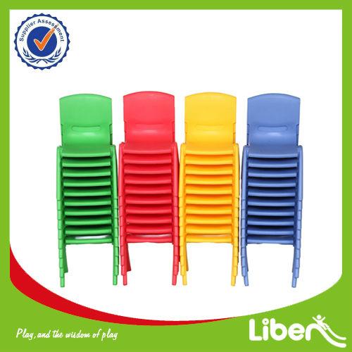 En edad preescolar de mesa de plástico y una silla conjunto para