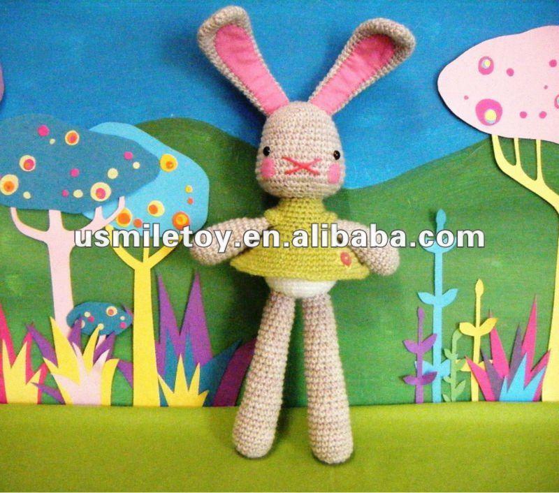 de la muñeca larga de orejas largas de conejo de pie con la falda de